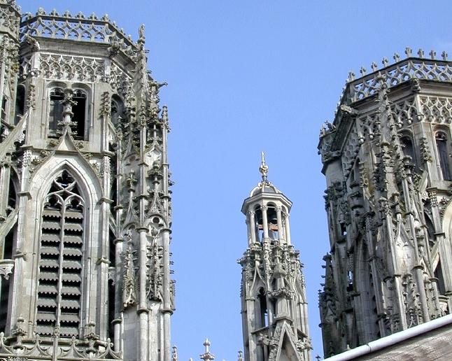 """Voici vers l'Est, une nouvelle vue sur les tours de la Cathédrale: les travaux de restauration du petit campanile sont terminés, il réapparaît dans sa splendeur, entre les deux tours.On voit la dorure de la couverture qui abrite le carillon de l'horloge, qui sonne chaque quart d'heure, créant ainsi une ambiance sonore de """"béguinage"""" flamand!"""