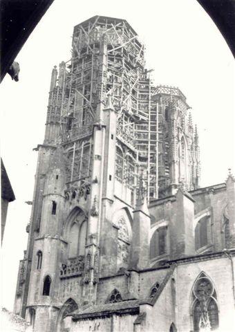 Tour sud de la Cathédrale en juin 1940 après les bombardements. ©fjonette