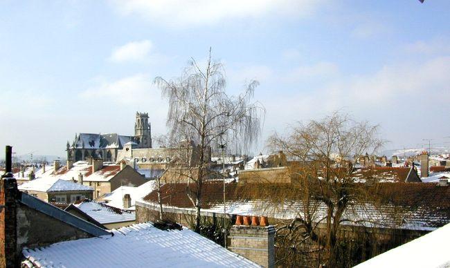 Voici une vue de Toul prise vers le sud-ouest, depuis la fenêtre de mon bureau,en décembre 2002. On aperçoit la Collégiale Saint Gengoult, derrière le bâtiment de l'ancienne Gendarmerie.