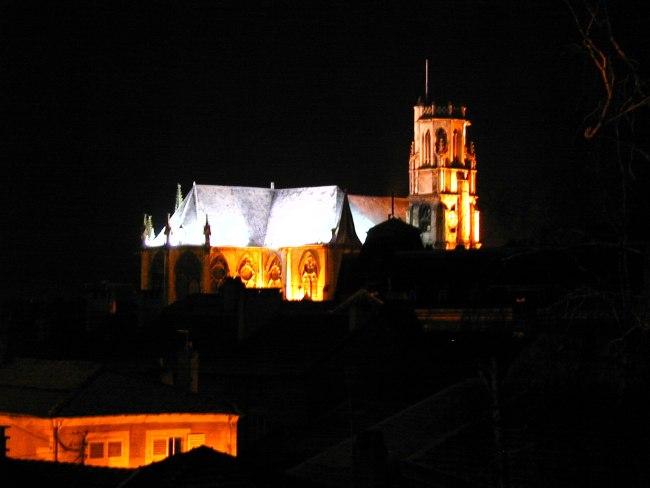 Voici une nouvelle vue de Toul prise vers le sud-ouest, depuis la fenêtre de mon bureau,le 30 janvier 2003. On aperçoit la Collégiale Saint Gengoult, éclairée la nuit, alors que la neige recouvre les toitures d'ardoise....
