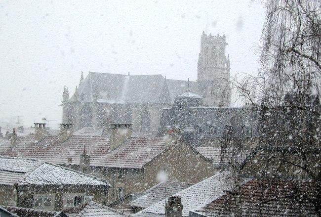 Voici une nouvelle vue de Toul prise vers le sud-ouest, depuis la fenêtre de mon bureau,le 31 janvier 2003. On aperçoit la Collégiale Saint Gengoult, alors que la neige tombe doucement sur les toits de la vielle Ville....
