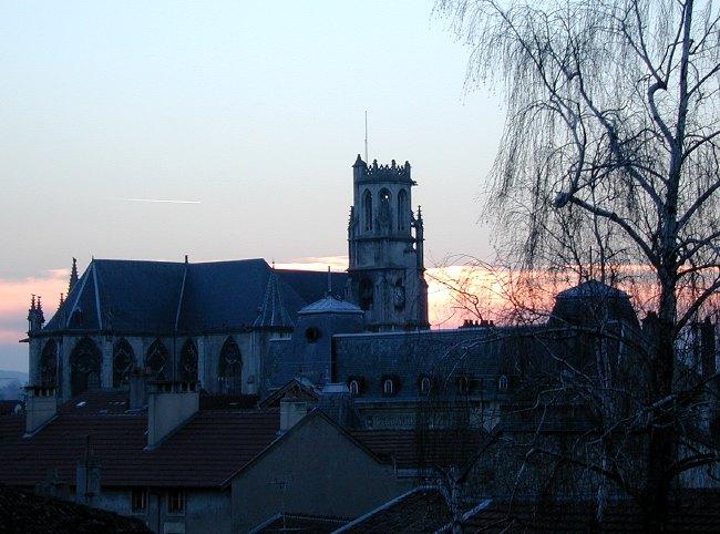 Voici une nouvelle vue de Toul prise vers le sud-ouest, depuis la fenêtre de mon bureau,le 19 février 2003. La Collégiale Saint Gengoult se profile sur un beau ciel clair d'hiver alors que le soleil se couche.