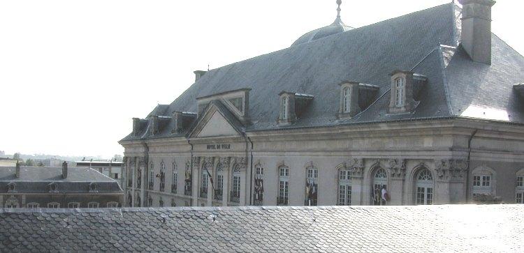 Encore une vue de Toul, prise vers le Nord Est, depuis une fenêtre de toit, le 6 mai 2003 tôt le matin. L'Hôtel de Ville est visible par dessus le toit de la salle d'Adjudication. Ce bâtiment de la fin du XVIIIe siècle, ancien Evêché, jouxte la Cathédrale.